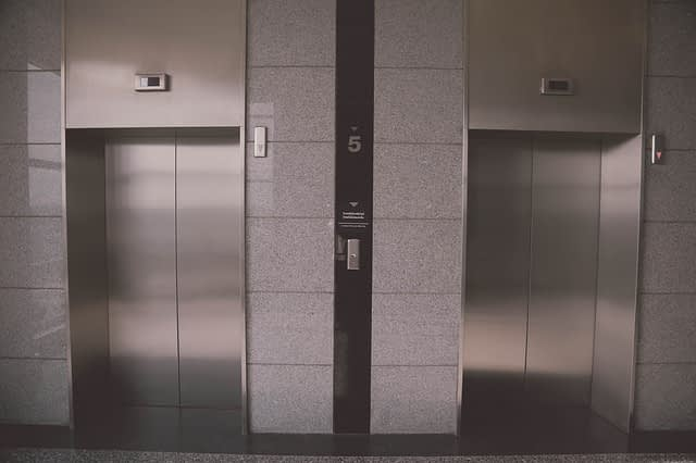 חליפת הגנה למעלית מעץ